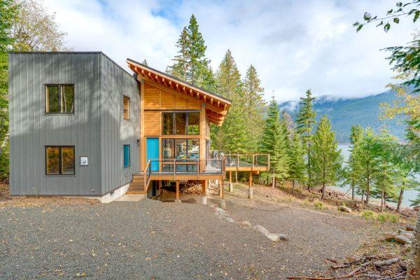 Modern lakeside retreat